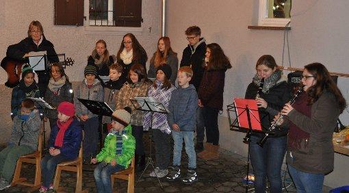Kinderstimmen sorgten am Weihnachtsbaum beim Bürgerhaus in Feuerbach für eine stimmungsvolle Atmosphäre.  Foto: Ilse Wißner Foto: Weiler Zeitung