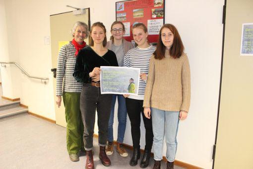Maria Kannen-Schmidt (v.l.), Lola Kita, Viktoria Bleckmann, Franziska Messerer und Arianna Tapp mit ihrem   Plakat für das Benefizkonzert. Foto: Denis Bozbag