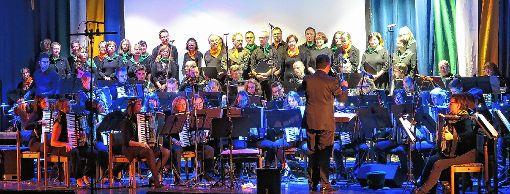 """Ein prachtvoller Anblick: der Müllheimer Kammerchor und das Orchester der Harmonikafreunde bei der """"Irischen Nacht"""".    Foto: Dorothee Philipp Foto: Weiler Zeitung"""