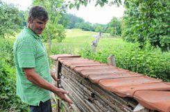 Ein paar übereinander geschichtete Bretter und obendrauf Ziegel: Horst Spreen erklärt in seinem Garten, wie einfach es ist, wohnliche Hohlräume für Tiere zu schaffen. Foto: Weiler Zeitung