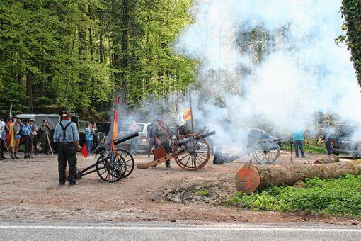 Die Klettgau-Kanoniere beim Böllerschießen auf der Scheideck Foto: Weiler Zeitung