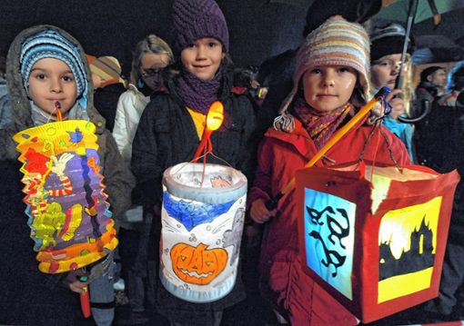 Die Kinder, die am Martinszug teilnehmen, bekommen am Ende ein Würstchen und Kinderpunsch. Foto: zVg
