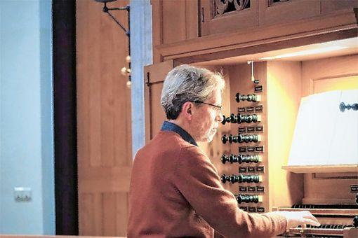 """Den geistlichen Gehalt der Orgelmusik hörbar gemacht: Albrecht Klär an """"seiner"""" Metzler-Orgel. Foto: Walter Bronner"""