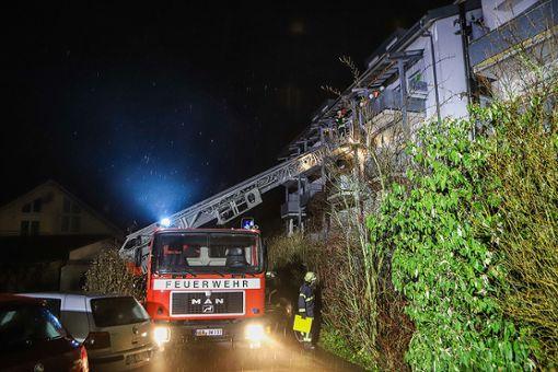 Bei einem Wohnungsbrand in Brombach wurden am Freitagabend drei Personen verletzt. Die Einsatzkräfte waren mit einem Großaufgebot im Einsatz. Foto: Kristoff Meller Foto: Kristoff Meller
