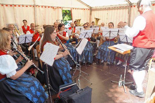 Die Trachtenkapelle Häg-Ehrsberg sorgte für beste Unterhaltung beim Straßenfest in Schönau.    Foto: Verena Wehrle Foto: Markgräfler Tagblatt