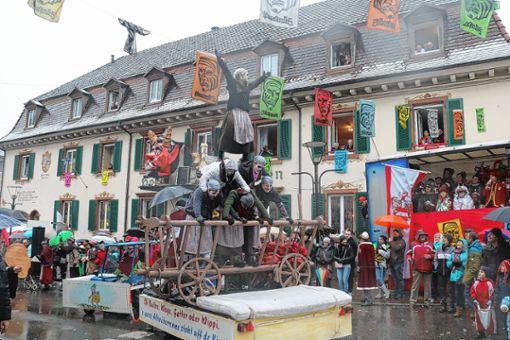 Werbung fürs Altwiiberrennen betrieben die Paradiesler beim diesjährigen Fasnachtsumzug.   Archivfoto: Peter Schwendele Foto: Markgräfler Tagblatt