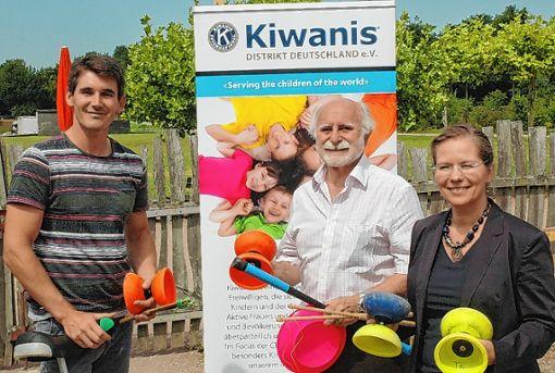 Alexander Keil (links) freut sich über die Unterstützung durch  den Kiwanis-Club, die Präsident Julio Srulijes und Diana Stöcker überbrachten.  Foto: Ulf Körbs Foto: Die Oberbadische