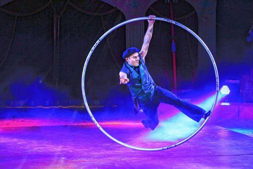 Pascal Häring verschmilzt mit dem Cyr-Rad zu einer artistischen Einheit.  Foto: Kristoff Meller Foto: Die Oberbadische