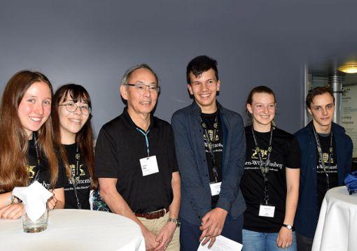 Gruppenbild mit Nobelpreisträger (v.l.):  Yasmin Muderris, Nahae Kühn, Steven Chu, Leander Hartenburg, Alexandra Martin und Leon Klein Foto: zVg Foto: zVg