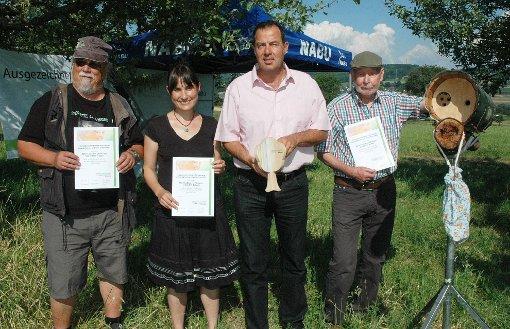 Die Naturschützer aus den drei Ländern erhielten von Bürgermeister Andreas Schneucker (2.v. r.) die Auszeichnung überreicht. Franz Preiss (r.) ist im Team Südbaden Steinkauzbetreuer.  Foto: Fraune Foto: Die Oberbadische