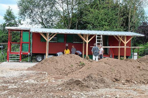 Noch wird hier  gearbeitet, aber bald schon wird das Außengelände des neuen Naturkindergartens im Bremt fertiggestellt sein.   Fotos: Petra Martin Foto: Markgräfler Tagblatt