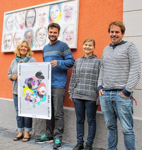 Vor Porträts der neuen Ausstellung präsentieren Birgitt Kiefer, Manuel Weber, Praktikantin Charlotte Allendörfer und Eric Bintz (v.l.) das Jubiläumsplakat  Foto: Markus Greiß Foto: Die Oberbadische