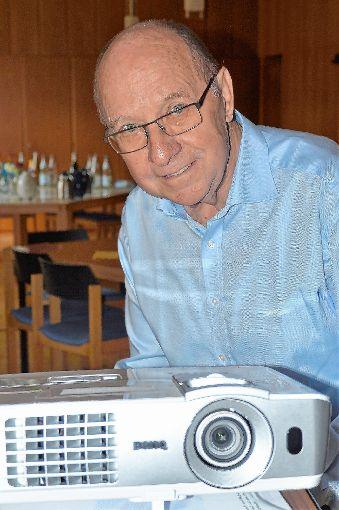 Der   renommierte Maulburger Filmer Guido Deusch führte beim Seniorennachmittag seinen neuesten Film über Maulburg im Jahr  2016 vor.              Foto: Georg Diehl Foto: Markgräfler Tagblatt