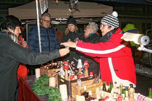 Angeregte Gespräche wurden  an den Ständen des Weihnachtsmarkts geführt.   Fotos: Ralph Lacher Foto: Markgräfler Tagblatt
