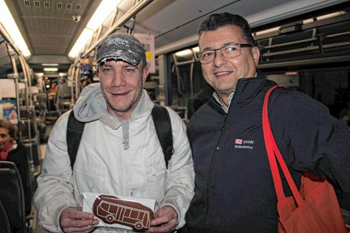Der Grenzacher Peter Dietsche (links) nutzt seit dessen Einführung vor zehn Jahren   den 38er-Bus für die Fahrt zur Arbeit. Von SBG-Mann Uwe Mühl gab es gestern früh zum Dank einen Lebkuchen in Bus-Form. Foto: Rolf Rombach