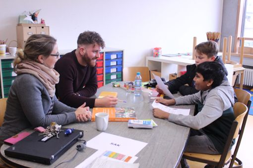 Schüler informieren sich bei den Azubis. Foto: Denis Bozbag