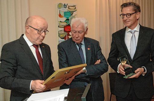 Erich Blatter (Mitte) erhält den diesjährigen Ehrenpreis der Bürgerstiftung von Norbert Dietrich (links) und Rainer Liebenow. Foto: Ulf Körbs