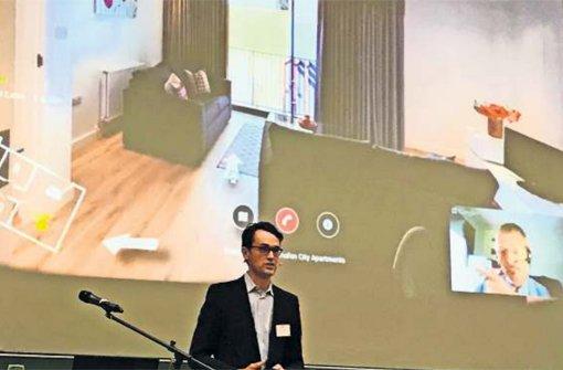 Virtuelle Wohnungsbesichtigungen, heute noch ein Gag, könnten morgen schon zum Alltag gehören. Im Bild Till Kreiler von Google auf dem IWS-Zukunftsforum. Foto: Dalcolmo