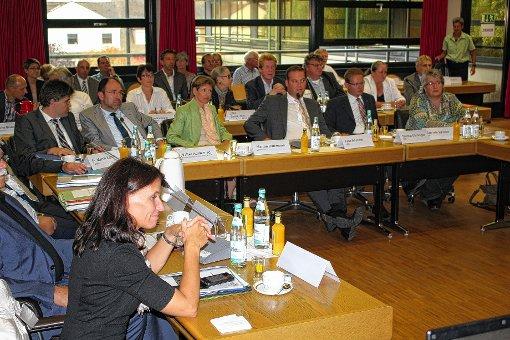Auch Landrätin Marion Dammann (Mitte mit grüner Jacke) verfolgte in Rheinfelden aufmerksam mit weiteren Politikvertretern die Ausführungen von Dorothee Bär, der Staatssekretärin im Bundesverkehrsministerium, zur A 98.  Foto: Gerd Lustig Foto: Die Oberbadische