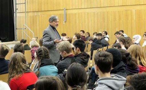 Dominik Bartsch spricht mit den Oberstufenschülern über die Flüchtlingshilfe. Foto: Beatrice Ehrlich
