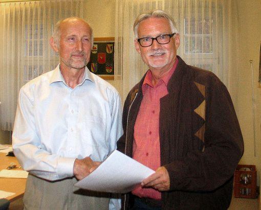 Günter Schlecht begrüßte Klaus Rempfer (l.) als neues Mitglied des Ortschaftsrats.   Foto: Regine Ounas-Kräusel Foto: Die Oberbadische