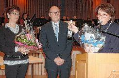Bürgermeisterstellvertreter Harlad Ebner nimmt Christine Trautwein-Domschat den Amtseid als neue Schwörstädter Bürgermeisterin ab.  Fotos: Ulf Körbs Foto: Die Oberbadische