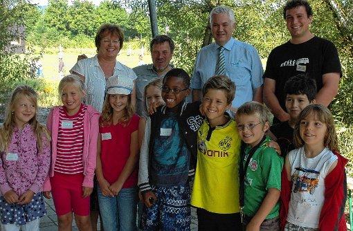 Nicht nur die Ferienkinder freuten sich über die Spende, sondern auch Heidi Sieringer (Cabot), Frieder Kaltenbach, Michel Harris (Umicore) und Betreuer Malte Lindemann (hinten, von links).  Fotos (2): Ulf Körbs Foto: Die Oberbadische