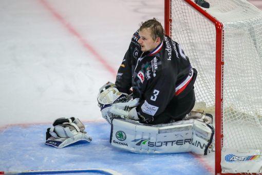 EHC-Goalie Matthias Nemec gibt sich kämpferisch. Foto: Grant Hubbs