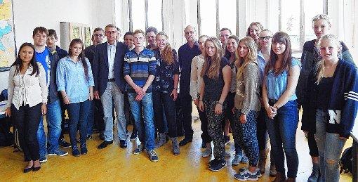 Die Oberstufenschüler des Geschichtskurses und  Hubert  Bernnat (Mitte) mit Armin Schuster  Foto: Silvia Waßmer Foto: Die Oberbadische