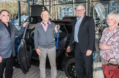 Guido Neidinger (l.) und Badenova-Vorstandsmitglied Mathias Nikolay (2.v.r.) überreichten die Schlüssel für das E-Smart Cabrio an den Gewinner Hans Geiger aus Hasel und dessen Frau Grethel. Foto: Alexander Anlicker
