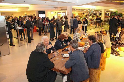 Gäste am Tisch aus Mammutbaum.   Fotos: Anja Bertsch Foto: Markgräfler Tagblatt