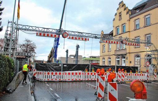 Die Baustelle am Zollamt Grenzacher Horn ist aus Sicherheitsgründen abgeschirmt. Fußgänger und Radfahrer können auf der linken Seite weitgehend ungehindert passieren. Foto: Rolf Reißmann