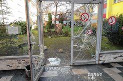 Die Glasscheibe des Eingangs der Pestalozzi-Sporthalle wurde mit einem Stein eingeschlagen,   Foto: zVg/Polizei Foto: Die Oberbadische