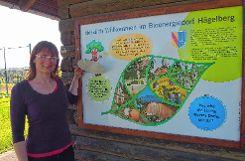 Jana Bühler mit einer der Info-Tafeln über das Bioenergiedorf und die regenerative Energiegewinnung, die jetzt am Lehrpfad einen neuen Platz bekommen haben. Foto: Markgräfler Tagblatt