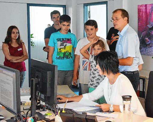 """Sechs Kinder aus dem Sommerferienprogramm besuchten den Oberbürgermeister im Rathaus und bekamen eine ganz spezielle Führung mit dem """"Chef persönlich"""".   Foto: zVg Foto: Die Oberbadische"""
