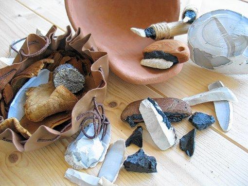 Perfektes Material für scharfes Werkzeug: Jaspis aus Kleinkems, hier im modernen Nachbau.   Foto: Maren Siegmann Foto: Weiler Zeitung