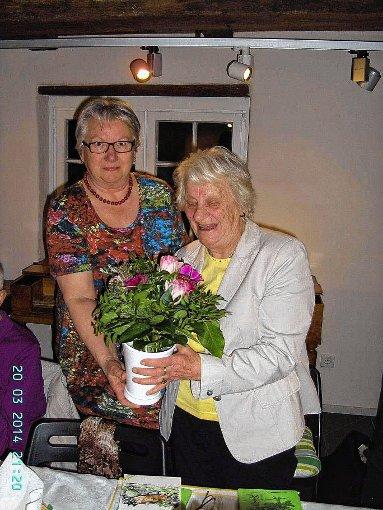 Gerlinde Gerspach bedankte sich bei Erna Jansen für die Gestaltung des Abends.     Foto: Erhard Schöpflin Foto: Markgräfler Tagblatt