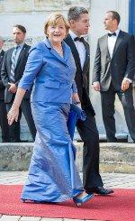 Die Kanzlerin trug ein langes blaues Kleid mit farblich abgestimmten Accessoires. Foto: dpa