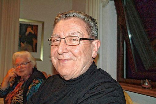 Karsaus Ortsvorsteher Jürgen Räuber macht Werbung für das Dorfjubiläum.   Foto: Petra Wunderle Foto: Die Oberbadische
