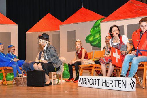 """Das Kinderstückli  """"Flug ab Airport Herten mit dem Alemannen-Jet"""" gehörte zu den Höhepunkten des diesjährigen Brauchtumsabends.   Foto: Heinz Vollmar Foto: Die Oberbadische"""
