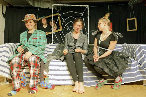 """Szene aus dem Stück """"Du spinnst wohl"""" des Jungen Theaters, das im Alten Wasserwerk aufgeführt wird.    Foto:  Schulte-Kellinghaus Foto: Die Oberbadische"""