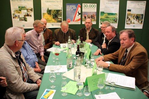 Kreispolitiker und MdB Armin Schuster diskutierten mit Vertretern der Jägerschaft.  Foto: Gerd Lustig Foto: Die Oberbadische