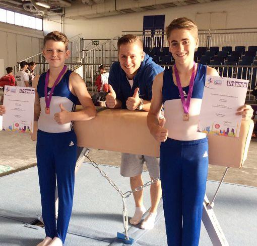 Trainer Sandro Dathe (Mitte) freut sich über die starken Auftritte der Nachwuchsturner Arvid Kossek (links) und Piet Hellmich.  Foto: zVg Foto: Die Oberbadische