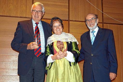 """Hans-Werner Oettlin und Christa Reimann engagieren sich seit 13 Jahren für den 2004 wiederbelebten Hebelschoppen und wurden dafür von """"Hebelvogt"""" Karl Mannhardt (ganz rechts) geehrt.   Foto: Silke Hartenstein Foto: Weiler Zeitung"""