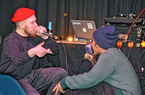 Die Rapper Tamino (links) und Arbajo Jairus battlen auf der Bühne. Foto: Joachim Pinkawa