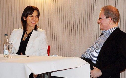 """Die Sportlerin Nicole Grether war bei den """"Weiler Gesprächen"""" zu Gast – hier im Gespräch mit  Matthias Zeller     Foto: Daniela Buch Foto: Weiler Zeitung"""