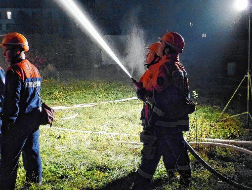 Mit einer so genannten Riegelstellung wird das Ausbreiten des Feuers auf das Dach verhindert.            Foto: Gottfried Driesch Foto: Die Oberbadische