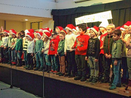 Die ganze Bühne war bei der Weihnachtsfeier der Grund- und Musikschule voller kleiner Weihnachtswichtel.    Foto: Gabriele Poppen Foto: Markgräfler Tagblatt