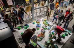"""""""Mobile Kunst"""" zum Anfassen und Mitmachen: Die Rauminstallation des Vereins Bildende Kunst Lörrach in der Velöhalle durfte neu angeordnet werden. Dazu wurden Gemälde auf Staffeleien präsentiert. Foto: Kristoff Meller Foto: mek"""