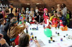 Im Untergeschoss des Burghofs konnten die Kinder eine Maske basteln.   Foto: Susann Jekle Foto: Die Oberbadische